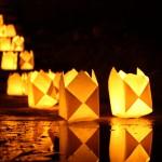 Kleine Laternen im Dunkeln