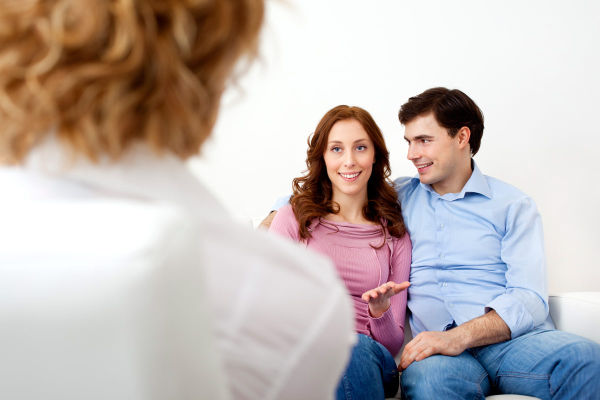 Ein junges Paar bei einer Therapie