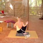 Eine Frau macht Yogaübungen
