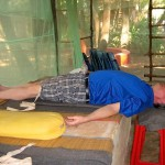 Ein Mann macht Yoga