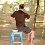 Ein Mann macht Yoga auf einem Stuhl