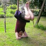 Ein Mann macht Yoga im Freien
