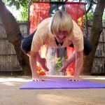 Frau macht Yogaübung Krähe