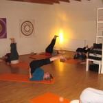Eine Gruppe Frauen in einem Yoga-Kurs